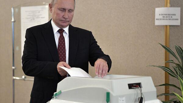 Владимир Путин во время голосования на выборах депутатов в Московскую городскую Думу на избирательном участке № 2151 в здании Российской академии наук
