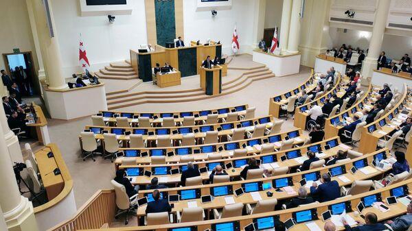 Кандидат на пост премьер-министра Георгий Гахария выступает на внеочередном заседании парламента Грузии