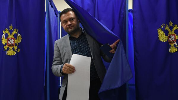 Кандидат в мэры Новосибирска Сергей Бойко голосует на выборах в единый день голосования на избирательном участке в Новосибирске