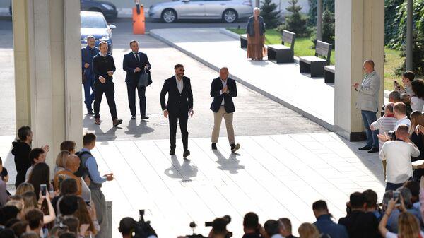Генеральный директор МИА Россия сегодня Дмитрий Киселев (в центре справа) и руководитель портала РИА Новости Украина Кирилл Вышинский перед пресс-конференцией в Международном мультимедийном пресс-центре МИА Россия сегодня