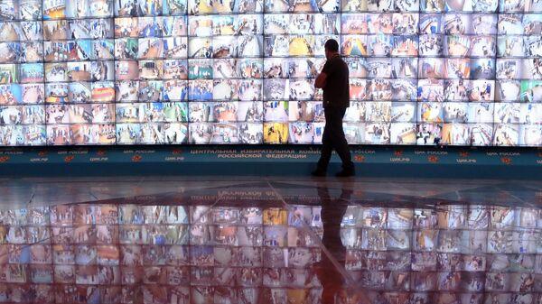 Видеостена из экранов, на которые выведены изображения из помещений избирательных комиссий, в Информационном центре ЦИК России в единый день голосования 8 сентября 2019 года