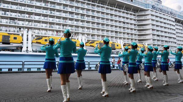 Артисты приветствуют туристов с круизного лайнера Spectrum of the Seas во Владивостоке. Лайнер базируется в Шанхае и выполняет круизы в Японию