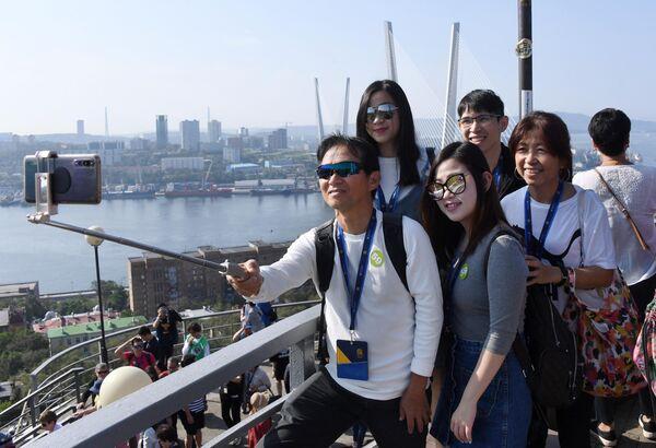 Туристы с круизного лайнера Spectrum of the Seas в порту Владивостока. Лайнер базируется в Шанхае и выполняет круизы в Японию