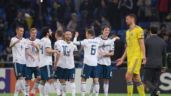 Футболисты сборной России радуются победе в матче с командой Казахстана