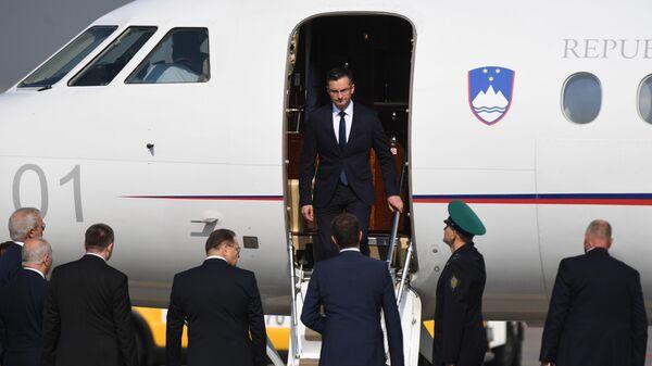 Премьер-министр Словении Марьян Шарец во время торжественной встречи в столичном аэропорту Внуково-2
