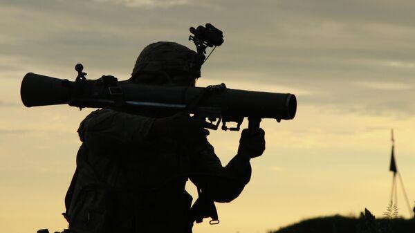 Военнослужащий с противотанковой ракетной системой