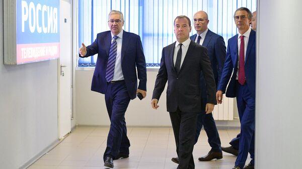 Председатель правительства РФ Дмитрий Медведев перед началом прямого эфира программы  Диалог на канале Россия 24