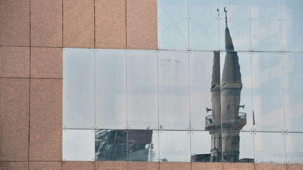Отражение мечети на здании в центре Джидды