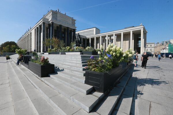 Благоустроенная площадь у Российской государственной библиотеки