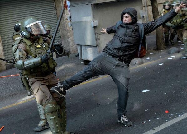 Демонстранты во время митинга в Сантьяго, Чили