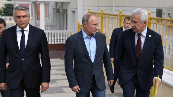 Президент РФ Владимир Путин после встречи с местными жителями, принимавшими участие в контртеррористической операции на территории Дагестана в 1999 году