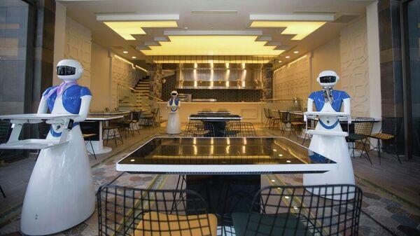 Роботы-официанты в одном из ресторанов Стамбула