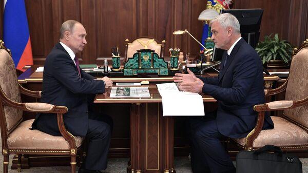 Владимир Путин и руководитель Федерального медико-биологического агентства Владимир Уйба во время встречи