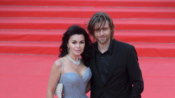 Актриса Анастасия Заворотнюк с мужем Петром Чернышевым перед началом церемонии открытия 35-го ММКФ в кинотеатре Россия
