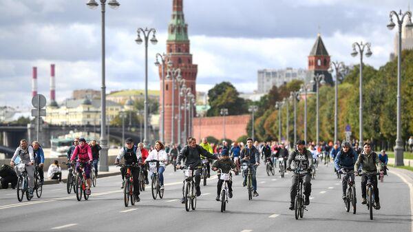 Участники Московского осеннего велофестиваля во время велосипедной прогулки по Москве. 15 сентября 2019