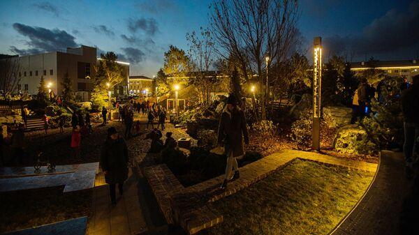 Горожане в сквере Парк ангелов, построенном в память о погибших в пожаре в торгово-развлекательном центре Зимняя вишня, в Кемерово