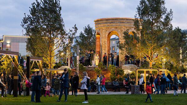 Горожане в сквере Парк ангелов, построенном в память о погибших в пожаре в торгово-развлекательном центре Зимняя вишня, в Кемерово.