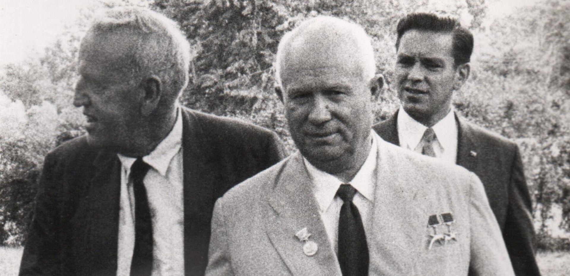 Никита Хрущев и Росуэлл Гарст на ферме последнего в сентябре 1959 года  - РИА Новости, 1920, 24.02.2021