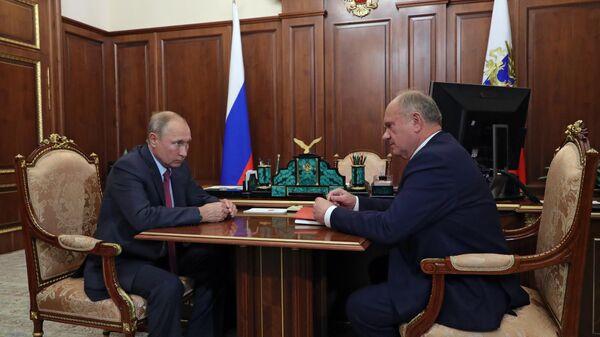 Президент РФ Владимир Путин и лидер КПРФ Геннадий Зюганов во время встречи. 17 сентября 2019