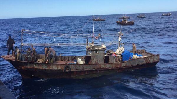 Судна северокорейскийх браконьеров в исключительной экономической зоне Российской Федерации в Японском море во время их задержания пограничным управлением ФСБ России по Приморскому краю.