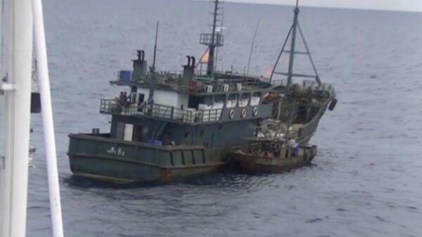 Одно из судов северокорейскийх браконьеров в исключительной экономической зоне Российской Федерации в Японском море во время их задержания пограничным управлением ФСБ России по Приморскому краю