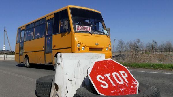 Автобус на блок-посту в районе поселка Александровка в Донецкой области