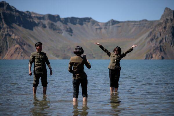 Cеверокорейские студенты фотографируются возле озера Чонджи