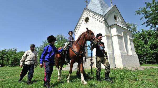 Участники Национальных казачьих игр Шермиций на территории Монастырского урочища возле станицы Старочеркасская