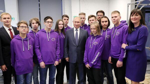 Президент РФ Владимир Путин во время посещения открывшегося Юношеского технопарка Академия Калашников в Ижевске. 19 сентября 2019