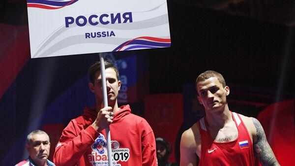 Справа - Глеб Бакши (Россия) перед началом поединка 1/2 финала по боксу в весовой категории до 75 кг на ХХ чемпионате мира по боксу в Екатеринбурге.
