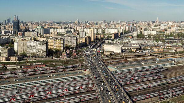 Автомобильное движение на участке Рижской эстакады Третьего транспортного кольца в Москве