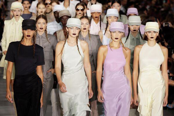 Модели во время показа коллекции Max Mara на Неделе моды в Милане