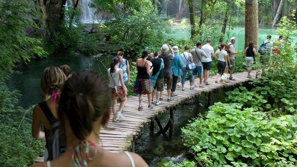 Туристы на Плитвицких озерах в Хорватии