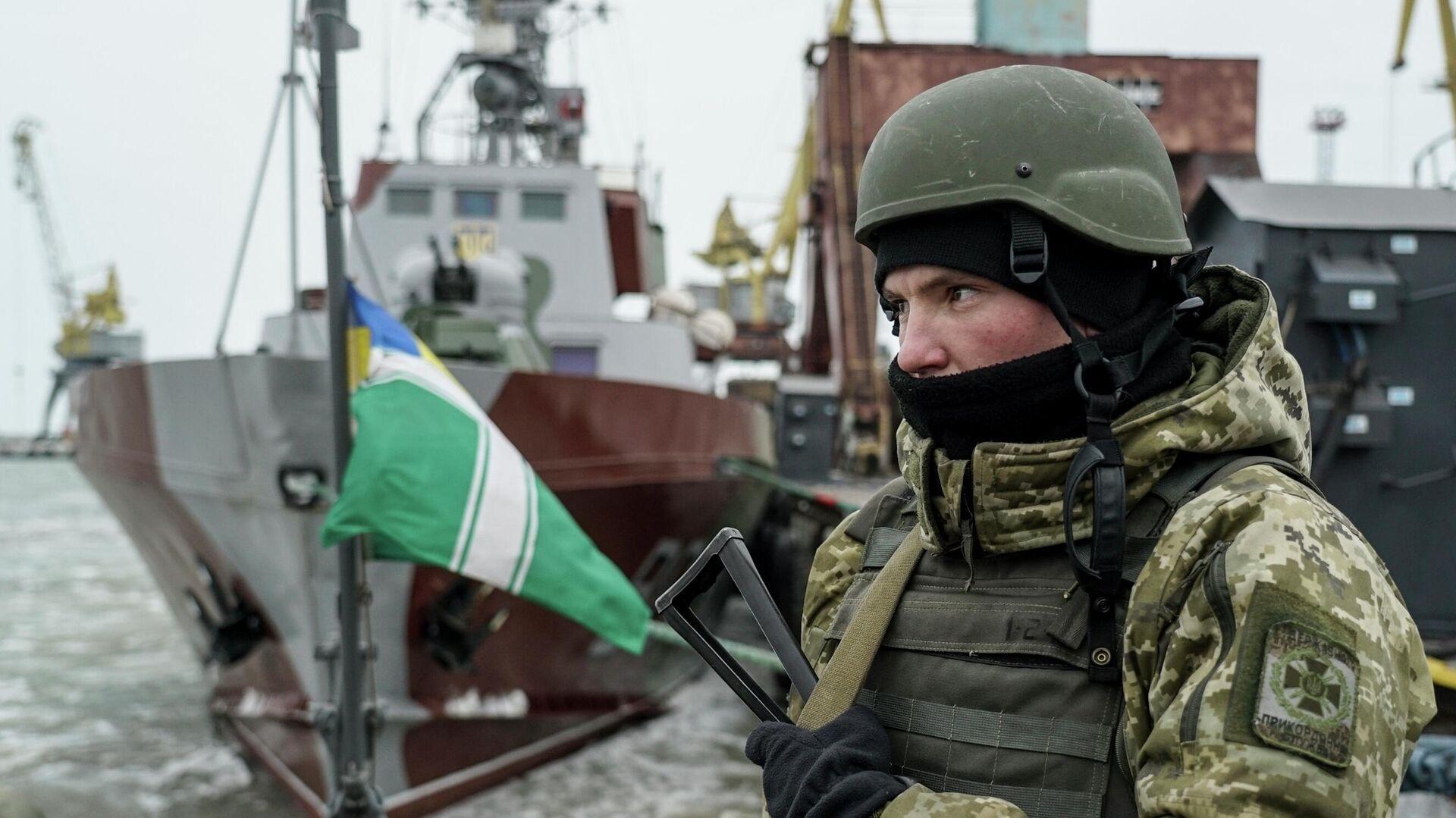Украинский военнослужащий на борту корабля береговой охраны в порту Мариуполя - РИА Новости, 1920, 19.11.2020