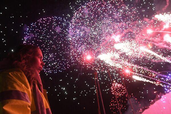 Посетительница на закрытии фестиваля Круг света 2019 в Москве