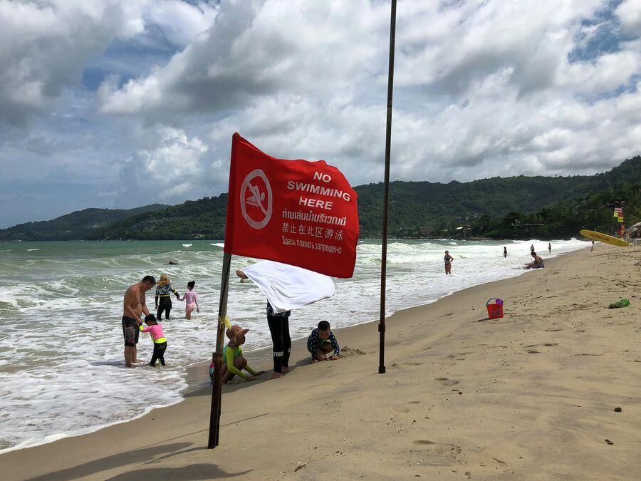 Красный флаг на пляже, Таиланд