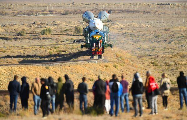Транспортировка ракеты-носителя Союз-ФГ с пилотируемым кораблем Союз МС-15 на стартовую площадку космодрома Байконур