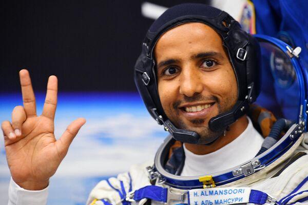 Член основного экипажа МКС-61/62 Хаззаа Аль Мансури (ОАЭ) перед стартом ракеты-носителя Союз-ФГ с пилотируемым кораблем Союз МС-15 на космодроме Байконур