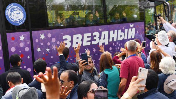 Члены основного экипажа МКС-61/62 в автобусе перед стартом ракеты-носителя Союз-ФГ с пилотируемым кораблем Союз МС-15 на космодроме Байконур