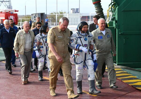 Генеральный директор госкорпорации Роскосмос Дмитрий Рогозин сопровождает членов основного экипажа экспедиции МКС-61/62 к ракете-носителю Союз-ФГ с пилотируемым кораблем Союз МС-15 на стартовой площадке космодрома Байконур