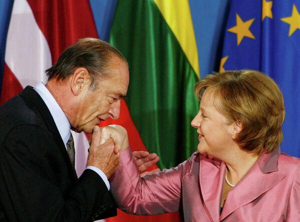 Президент Франции Жак Ширак целует руку канцлеру Германии Ангеле Меркель. 24 марта 2007 года