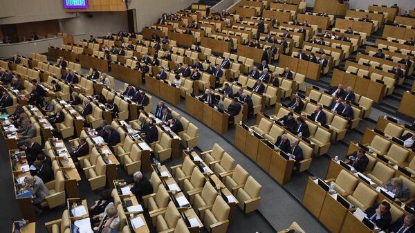Депутаты Государственной Думы РФ на пленарном заседании.
