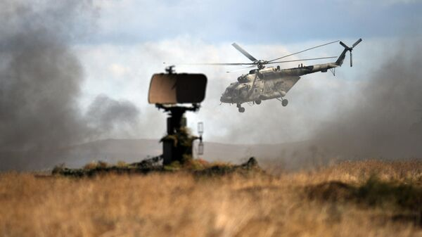 Вертолет Ми-8 во время двухстороннего тактического учения соединений морской пехоты и береговой обороны на полигоне Опук в Крыму