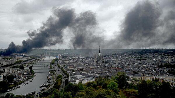 Дым от пожара на заводе Lubrizol в Руане расстилается над рекой Сена. 26 сентября 2019