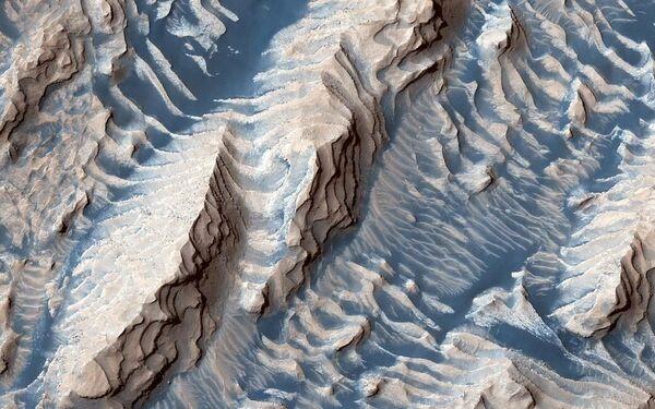 Осадочные породы и песок в кратере Danielson снятый космическим аппаратом Mars Reconnaissance Orbiter