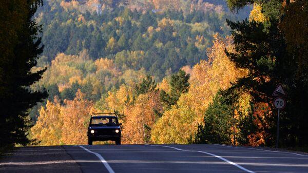 Автомобиль на федеральной трассе Р257 Енисей в Красноярском крае