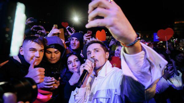 Певец Дима Билан фотографируется с поклонниками  на своем бесплатном концерте на площади Куйбышева в Самаре. 29 сентября 2019