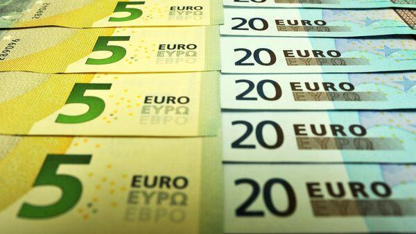 Банкноты номиналом 5 и 20 евро