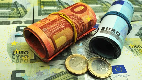 Банкноты и монеты евро различного достоинства