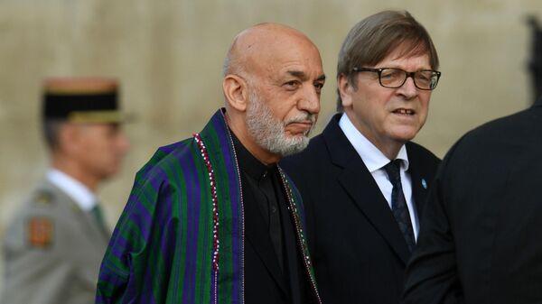 Экс президент Афганистана Хамид Карзай перед началом траурной церемонии прощания с бывшим президентом Франции Жаком Шираком у церкви Сен-Сюльпис
